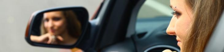 Jeunes conducteurs volant voitures sans permis